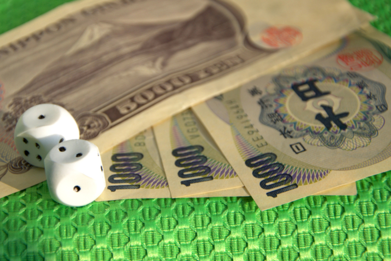 Japanese currency with dice