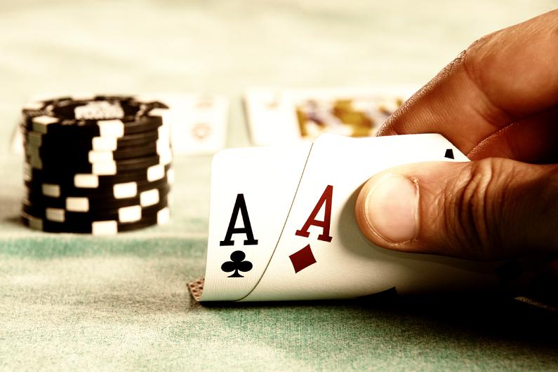 看着口袋ace的扑克玩家