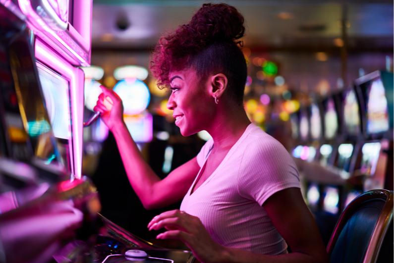 Wanita memainkan mesin slot