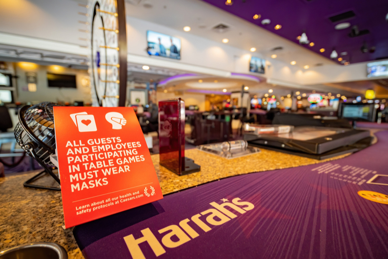 Mask mandate sign at Harrah's Las Vegas gaming table