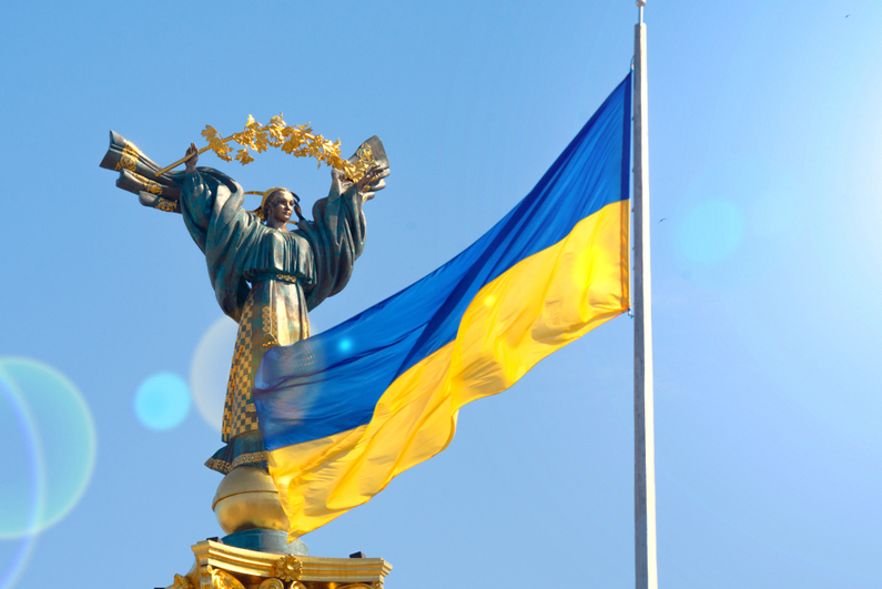 Ukrainian flag in front of Monument of Independence