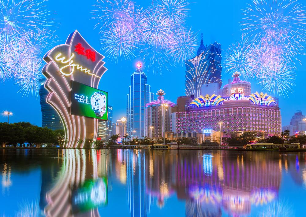 Kasino Macau yang diterangi berdiri di atas langit malam yang terang benderang kembang api