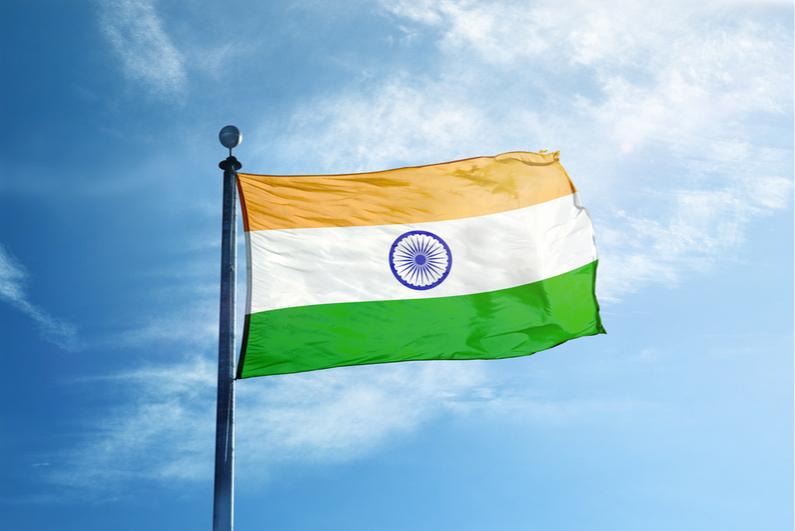 Bendera India berkibar di langit biru