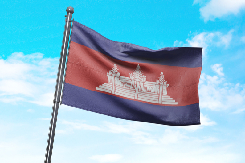 Bendera Kamboja berkibar di langit biru