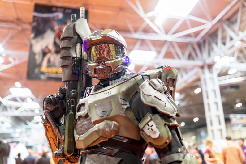 Cosplayer dressed as Master Chief from the Halo video game franchise