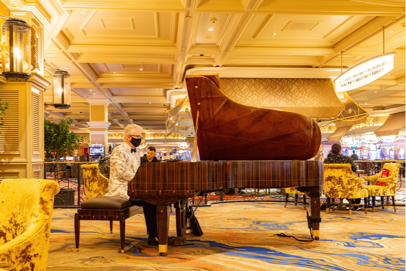 Piano player wearing a mask at the Bellagio